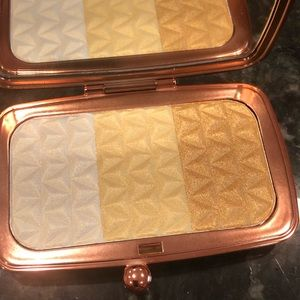 NIB Makeup Revolution Highlighter Palette Gold
